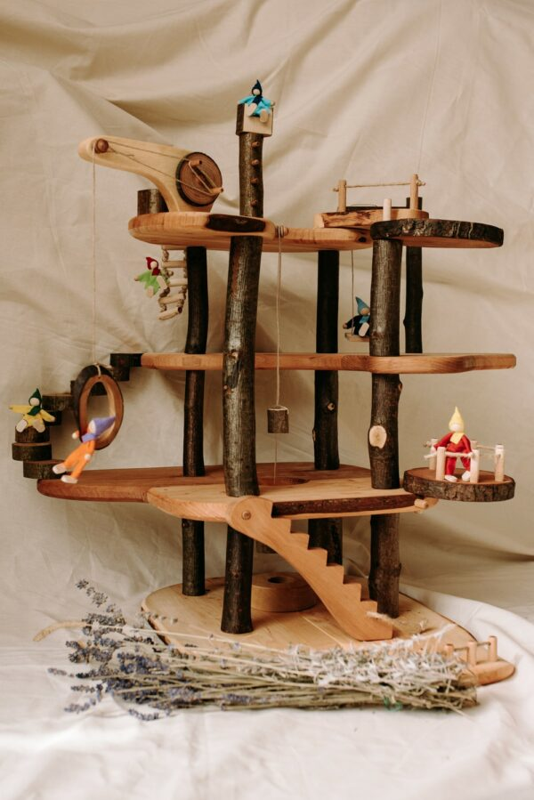 Magic wood tree house met forest family
