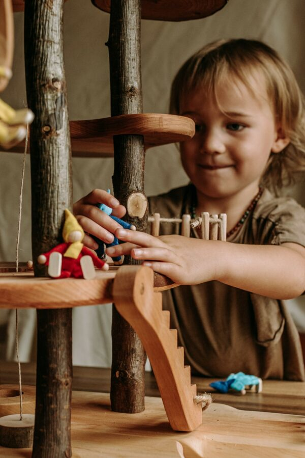 Kind speelt met magic wood treehouse